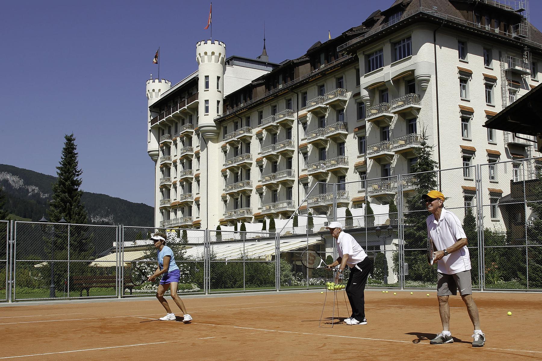 Roy Emerson unterrichtet im Gstaad Palace
