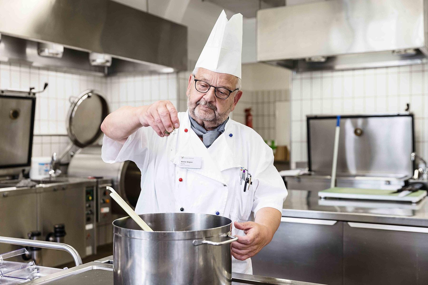 Arbeiten – aller Behinderung zum Trotz | Hotellerie Gastronomie ... | {Koch bei der arbeit 70}